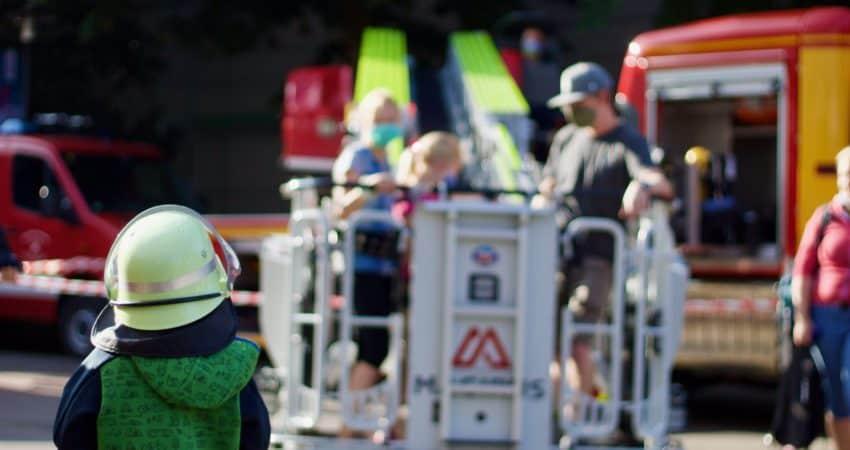 Kind vor der Drehleiter der Feuerwehr Oberstdorf